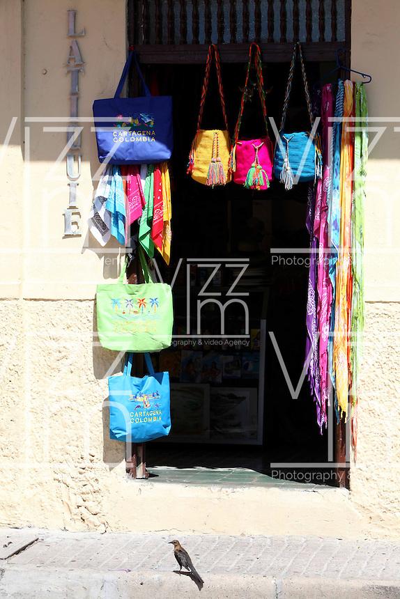 CARTAGENA-COLOMBIA-09-01-2013. Ventas de artesanias en la Ciudad Amurallada de Cartagena de Indias, Colombia. Craft sales in the walled city of Cartagena de Indias, Colombia. (Photo: VizzorImage).....