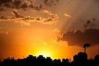 SAO PAULO,SP, 19.08.2015 - CLIMA-SP - Por-do-sol no bairro do Morumbi, zona sul da cidade de São Paulo nesta quarta-feira, 19. (Foto: Douglas Pingituro / Brazil Photo Press)