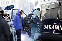 Roma: Roma: manifestanti caricano un blindato dei carabinieri costringendo a fuggire il carabiniere alla guida del mezzo, durante il corteo organizzato dagli indignati per protestare contro la crisi economica mondiale.<br /> <br /> Rome: the demonstrators assalt a police van. The policeman at the wheel is forced to flee