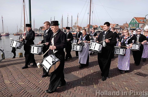 Nederland - Volendam - 2018.  De haven van Volendam.  Fanfare Wilhelmina speelt in Volendamse klederdracht.  Foto Berlinda van Dam / Hollandse Hoogte