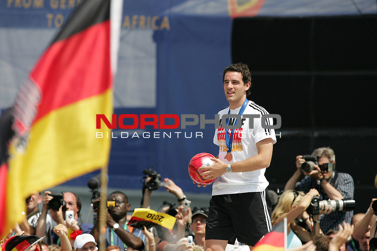 FIFA WM 2006 - Feature Fanmeile Berlin<br /> Verabschiedung der Deutschen Nationalmannschaft.<br /> Supporters from Germany celebrate the german national team (Christoph Metzelder with ball) at Brandenburger Tor in Berlin after the World Cup.<br /> Foto &copy; nordphoto