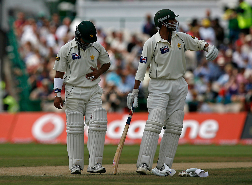 Photo: Glyn Thomas..England v Pakistan. npower Test Match Series. 29/07/2006..Pakistan's Imran Farhat (L) in pain.
