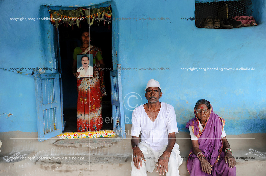 INDIA Maharashtra, widow Kistabai Vitthal Bandanwar and parents of died cotton farmer  Vittal Bhojanna Bandanwar, who has committed suicide due to high debt and cotton crop failure in Vidarbha region / INDIEN Maharashtra, Region Vidarbha , Dorf Kelapur, Witwe Kistabai Vitthal Bandanwar und Eltern des verstorbenen Baumwollfarmer  Vittal Bhojanna Bandanwar, der nach Missernte und hoher Verschuldung Selbstmord begangen hat