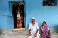 INDIA Maharashtra, widow Kistabai Vitthal Bandanwar and parents of died cotton farmer  Vittal Bhojanna Bandanwar, who has committed suicide due to high debt and cotton crop failure in Vidarbha region / INDIEN Maharashtra, Region Vidarbha , Dorf Kelapur, Witwe Kistabai Vitthal Bandanwar und Eltern des verstorbenen Baumwollfarmer  Vittal Bhojanna Bandanwar, der nach Missernte und hoher Verschuldung Selbstmord begangen hat