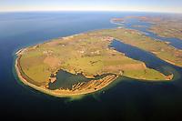 Poel in der Ostsee :EUROPA, DEUTSCHLAND, MECKLENBURG- VORPOMMERN 26.02.2012 Insel Poel ist mit 36 km² Flaeche die fuenftgroesste deutsche Insel, sie liegt in der suedlichen Mecklenburger Bucht der Ostsee und begrenzt den Norden der Wismarer Bucht. Sie ist gleichzeitig die amtsfreie Gemeinde Insel Poel im Landkreis Nordwestmecklenburg in Mecklenburg-Vorpommern. Hauptort der Gemeinde ist Kirchdorf am Ende der tief von Sueden einschneidenden Bucht Kirchsee. Neben der Wismarer Bucht im Sueden wird die Insel im Osten von der Zaufe und dem Breitling sowie im Nordosten durch die Kielung vom Festland getrennt. Der Insel Poel ist im Nordosten die kleine Insel Langenwerder unmittelbar vorgelagert. Poel ist ueber einem befahrbaren Damm mit dem Festland (Gemeinde Blowatz, Ortsteil Stroemkendorf) verbunden...