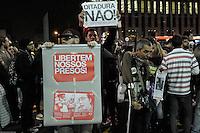 S&Atilde;O PAULO,SP,21.07.2014-ATO P&Uacute;BLICO/LIBERDADE AOS PRESOS POL&Iacute;TICOS- Manifestantes ocupam o v&atilde;o do MASP (Museu de Arte de S&atilde;o Paulo-Assis Chateaubriand) e percorrem a Avenida Paulista sentido Consola&ccedil;&atilde;o. ( ida e volta - Masp/Pra&ccedil;a do Ciclista/Masp) Manifesto pela liberdade dos Ativistas Presos na Avenida Paulista,regi&atilde;o central da Cidade de S&atilde;o Paulo na noite dessa Segunda-Feira,21<br /> (Foto:Kevin David/Brazil Photo Press)