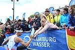 06.07.2019,  Innenstadt, Hamburg, GER, Hamburg Wasser World Triathlon, Elite Mainner, im Bild der Zweitplatzierte Vincen Luis (FRA) gibt nach der Siegerehrung Autogramme Foto © nordphoto / Witke *** Local Caption ***