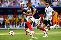 KAZAN - RUSIA, 30-06-2018: Kylian MBAPPE (Der) jugador de Francia disputa el balón con Nicolas TAGLIAFICO (Izq) jugador de Argentina durante partido de octavos de final por la Copa Mundial de la FIFA Rusia 2018 jugado en el estadio Kazan Arena en Kazán, Rusia. / Kylian MBAPPE (R) player of France fights the ball with Nicolas TAGLIAFICO (L) player of Argentina during match of the round of 16 for the FIFA World Cup Russia 2018 played at Kazan Arena stadium in Kazan, Russia. Photo: VizzorImage / Julian Medina / Cont