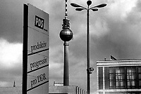 BERLINO EST / DDR / GERMANIA EST / 20 NOVEMBRE 1989.MANIFESTO PROPAGANDISTICO IN ALEXANDER PLATZ. SULLO SFONDO LA WOLKSKAMMER E LA TORRE DELLA TELEVISIONE..FOTO LIVIO SENIGALLIESI..EAST BERLIN / DDR / EAST GERMANY / 20 NOVEMBER 1989.BIG POSTER PRO-REGIME IN ALEXANDER PLATZ..ON THE BACKGROUND THE TELEVISION TOWER..PHOTO LIVIO SENIGALLIESI