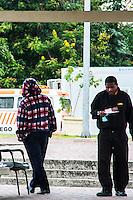 RIO DEJANEIRO, RJ, 24.07.2013 - CLIMATEMPO RIO DE JANEIRO - Quarta-feira com temperaturas baixas e céu coberto na Ilha do Fundão, zona norte da cidade. Com uma das manhãs mais frias deste ano onde os termómetros marcaram 14 graus os cariocas saíram agasalhados para combater o frio. (Foto. Néstor J. Beremblum / Brazil Photo Press)