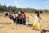 El tutor Julian Galindo, de Bogota, en Jornadas Complementarias Deportivas Superate en la I.E. Rural Media Luna Jawou, Uribia,  Guajira, el 9 de diciembre 2013.<br /> Foto: Superate, Coldeportes/Archivolatino<br /> <br /> COPYRIGHT: Superate, Coldeportes. <br /> Prohibida su venta y su uso comercial.
