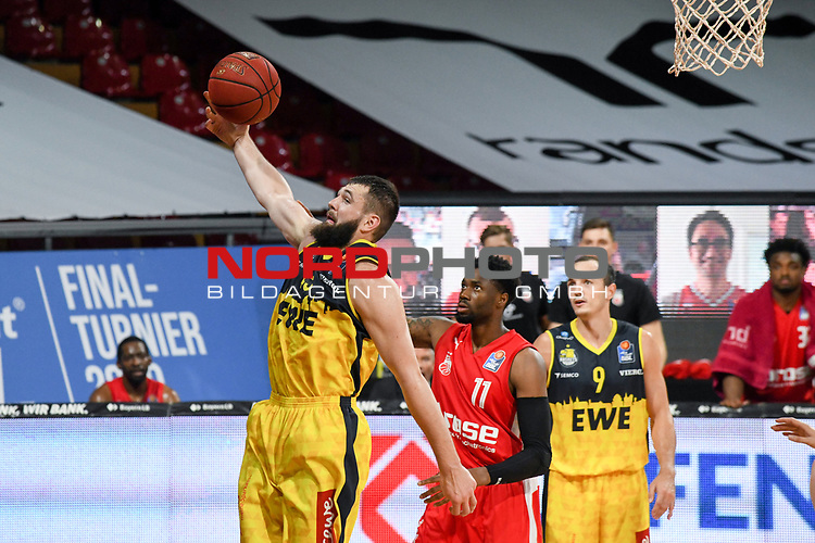 Nathan Boothe (EWE Baskets Oldenburg) verteidigt, EWE Baskets Oldenburg vs. Brose Bamberg, easycredit Basketball-Bundesliga, Viertelfinal Rueckspiel, 20.06.2020. nph0001 Foto: Eibner/Memmler/Pool/nordphoto