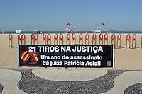 RIO DE JANEIRO, RJ, 10 AGOSTO 2012 - PROTESTO 21 TIROS NA JUSTICA - A ONG Rio da Paza realiza nas areias da Praia de Copacabana um protesto fixando 21 fotografias de bala de revólver, lembrando os 21 tiros desferidos contra a juíza Patrícia Acioli.(FOTO: MARCELO FONSECA / BRAZIL PHOTO PRESS).