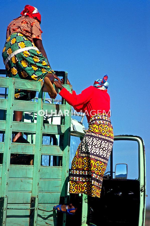 Mulheres da tribo angolana Muilas. Angola. 1988. Foto de Ricardo Azoury.