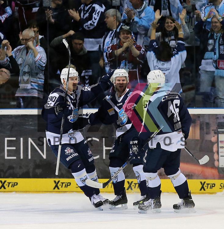 Eishockey DEL 2015 / 16 - 13.12.2015 26. Spieltag Hamburg Freezers vs. Straubing Tigers<br /> Foto: Das Tor zum 2:0 Torjubel v.l. Jerome Flaake (Hamburg), Torschuetze Garrett Festerling (Hamburg), Jonas Liwing (Hamburg)  beim Spiel in der DEL, Hamburg Freezers - Straubing Tigers.<br /> <br /> Foto &copy; PIX-Sportfotos *** Foto ist honorarpflichtig! *** Auf Anfrage in hoeherer Qualitaet/Aufloesung. Belegexemplar erbeten. Veroeffentlichung ausschliesslich fuer journalistisch-publizistische Zwecke. For editorial use only.