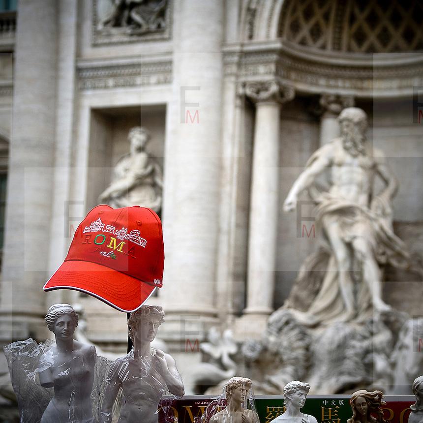 Un berretto ricordo sulle bancarelle di Roma vicino alla Fontana di Trevi..A cap on a souvenir stall close to Trevi Fountain