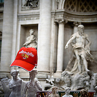 Un berretto ricordo sulle bancarelle di Roma vicino alla Fontana di Trevi..A cap on a souvenir stall close to Trevi Fountain