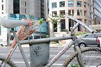 SAO PAULO, SP, 03 DE DEZEMBRO DE 2012 - Uma Ghost Bike localizada na Avenida Paulista, regiao central da capital, amanheceu com flores nesta segunda feira, 03. FOTO: ALEXANDRE MOREIRA - BRAZIL PHOTO PRESS.