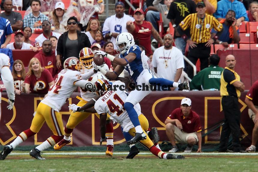 WR Kris Adams (Colts) faengt den Ball, verliert ihn aber beim Tackling der Redskins wieder