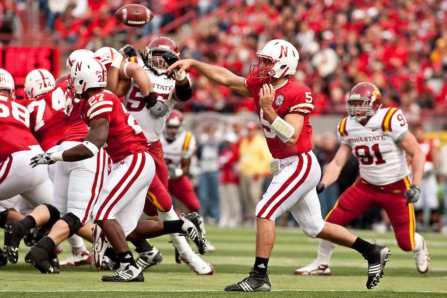 24 October 2009: Nebraska quarterback Zac Lee making a pass against Iowa State at Memorial Stadium, Lincoln, Nebraska. Iowa State defeats Nebraska 9 to 7.