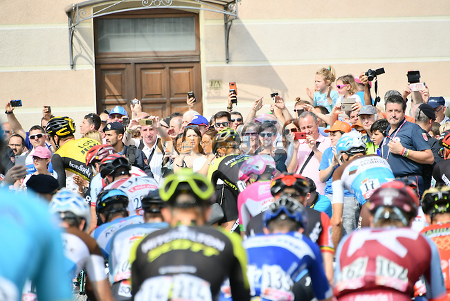 The start of Stage 20 of the 2018 Giro d'Italia, running 214km from Susa to Cervinia is the final mountain stage, with the last three climbs of Giro 101 deciding the GC of the Corsa Rosa, Italy. 26th May 2018.<br /> Picture: LaPresse/Gian Mattia D'Alberto | Cyclefile<br /> <br /> <br /> All photos usage must carry mandatory copyright credit (© Cyclefile | LaPresse/Gian Mattia D'Alberto)