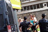 Roma, 9 Settembre 2010.Via Prenestina 709.Sgomberata  stamattina dalle forze dell'ordine una comunità Rom Romena, da uno stabile abbandonato e occupato circa 9 mesi fa da 40 famiglie..Tra loro moltissimi bambini che avrebbero dovuto iniziare la scuola la prossima settimana..Rome, September 9, 2010.Via Prenestina 709.Evacuated by police this morning a Romanian Roma community from a factory abandoned and occupied about 9 months ago by 40 families..Among them many children who would have to start school next week...