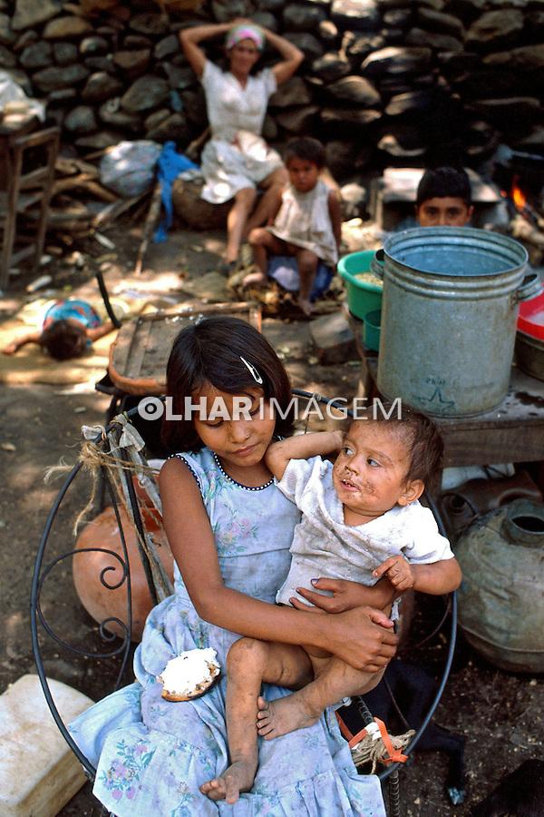 Crinaças em acampamento de refugiados da guerra civil. El Salvador. 1981. Foto de Juca Martins.