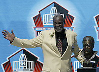 Rayfield Wright, former player for the Dallas Cowboys, poses with his bust during the Pro Football Hall of Fame induction ceremony Saturday, Aug. 5, 2006, in Canton, Ohio.<br />