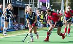 AMSTELVEEN  - Malou Mol (Pin) met Bente van der Veldt (laren) , hoofdklasse hockeywedstrijd dames Pinole-Laren (1-3). COPYRIGHT  KOEN SUYK