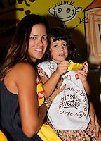 """SAO PAULO, SP, 10 DE MARCO 2012. ESPETACULO BOB ESPONJA, A ESPONJA QUE PODIA VOAR.A apresentadora Vera Viel com a filha Maria, no espaco montado para as criancas brincarem antes da estreia para VIPS do espetaculo """"Bob Esponja, a Esponja que Podia Voar"""", no<br /> Credicard Hall, em Santo Amaro, regiao sul de SP, na tarde deste sabado, 10. (FOTO: MILENE CARDOSO - BRAZIL PHOTO PRESS)"""