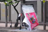 MEDELLÍN –COLOMBIA, 01-04-2013.  Jóvenes destruyen paraderos de buses durante la conmemoración del Día Internacional del Trabajo en las calles de la ciudad de Medellín./ Youngs destroying bus stop during  International Work Day commemoration at Medellin streets.  Photo: VizzorImage /Luis Ríos/Str