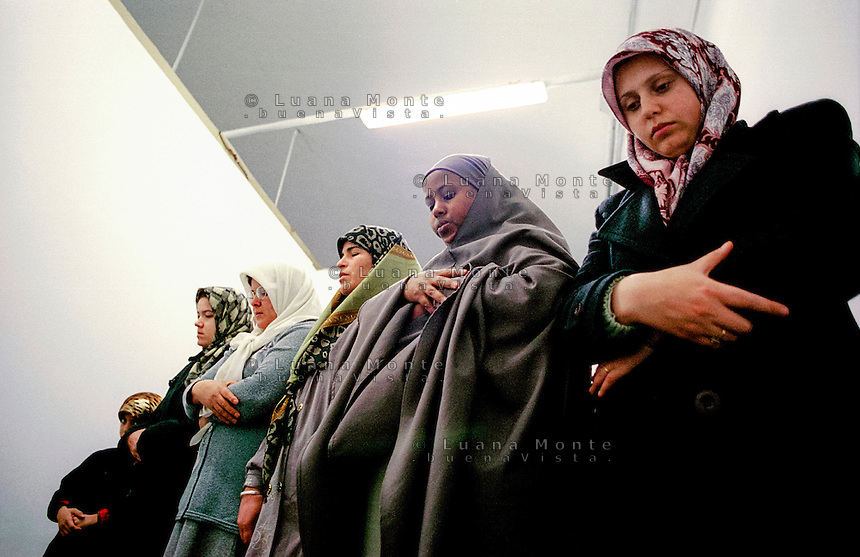 &quot;La stanza delle donne&quot; nella moschea di via Padova. Preghiera del venerd&Iuml;.<br /> Milano,Novembre 2000