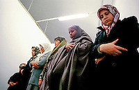 """""""La stanza delle donne"""" nella moschea di via Padova. Preghiera del venerdÏ.<br /> Milano,Novembre 2000"""