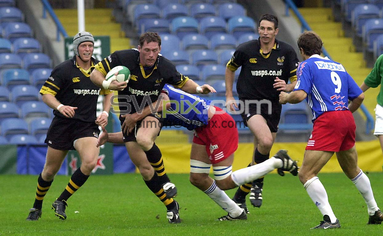 Pix: Matthew Lewis/SWpix.com. Rugby Union. European Cup Rugby. Wasps v Stade Francais. 30/09/2001...COPYWRIGHT PICTURE>>SIMON WILKINSON>>01943 436649>>..Wasps' Rory Jenkins breaks through the Stade Francais defence.
