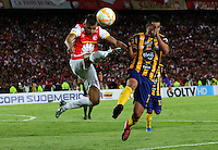 BOGOTÁ -COLOMBIA, 25-11-2015. Juan Roa (Izq) jugador del Independiente Santa Fe de Colombia disputa el balón con Derlis Alegre (Der) jugador del Sportivo Luqueño del Paraguay   durante partido por la semifinal F 1 de la Copa Sudamericana  2015 jugado en el estadio Nemesio Camacho El Campín de la ciudad de Bogotá./ Juan Roa (L) player of Independiente Santa Fe of Colombia  fights for the ball with Derlis Alegre (R) player of  Sportivo Luqueno of Paraguay during the match for the Copa Sudamericana semifinal F 1- 2015 played at Nemesio Camacho El Campin stadium in Bogotá city. Photo: VizzorImage/ Felipe Caicedo  / Staff