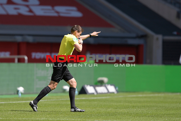 Schiedsrichter Daniel SIEBERT.<br />Tor von Rouwen HENNINGS (Fortuna Duesseldorf) nach VAR aberkannt.<br /><br />Fussball 1. Bundesliga, 33.Spieltag, Fortuna Duesseldorf (D) -  FC Augsburg (A), am 20.06.2020 in Duesseldorf/ Deutschland. <br /><br />Foto: AnkeWaelischmiller/Sven Simon/ Pool/ via Meuter/Nordphoto<br /><br /># Editorial use only #<br /># DFL regulations prohibit any use of photographs as image sequences and/or quasi-video #<br /># National and international news- agencies out #