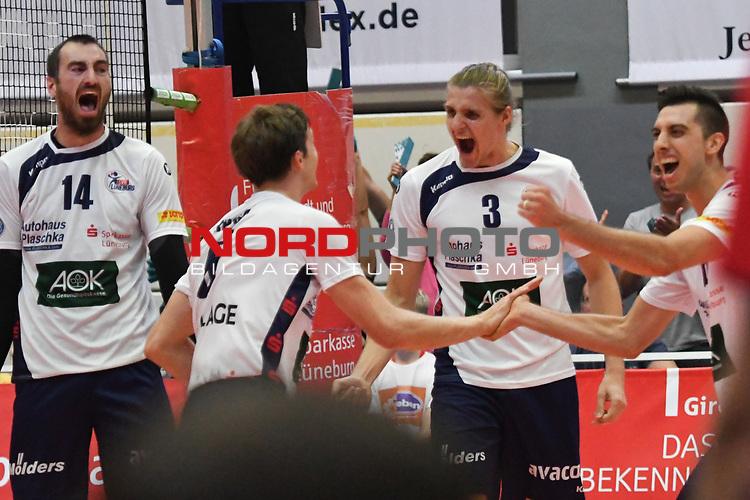 13.10.2018,  Lueneburg GER, VBL, SVG Lueneburg vs United Volleys Rhein-Main im Bild Feature die Lueneburger Mannschaft jubelt/ Foto © nordphoto / Witke
