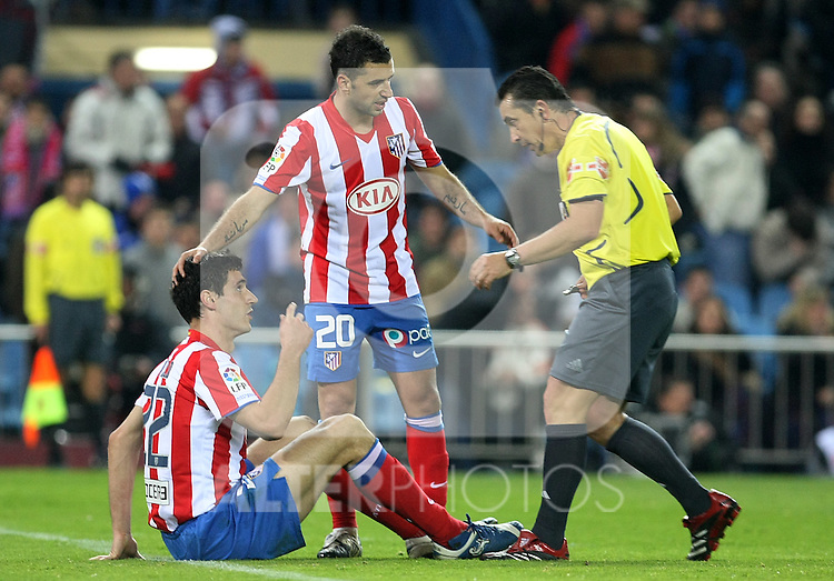 Atletico de Madrid's Pablo Ibanez and Simao Sabrosa and the referee Rafael Ramirez Dominguez during match. February 15 2009. .(ALTERPHOTOS/Acero).