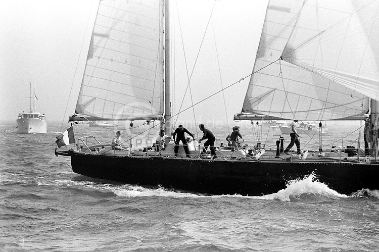 Pen Duick VI, Éric Tabarly à la barre. Spécialement conçu pour la Whitbread, le bateau démâtera deux fois et ne pourra être retenu au classement général. Mais il gagnera triomphalement la Tansat de 1976.