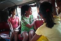 Trois semaines après le passage du Typhon Haiyan, Monic n'a pas encore été voir ce qui reste de sa maison. Elle s'y rend la proemière fois accompagné de sa nièce Marisol, 17 ans qui habitait dans le même quartier. Tacloban, Novembre 2013. VIRGINIE NGUYEN HOANG