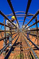 Montagem de estrutura de aço em construçao de viaduto. Sao Jose dos Pinhais. Parana. 2013. Foto de Antonio Costa.
