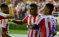 BARRANQUILLA-COLOMBIA, 02-06-2019: Luis Narvaez de Atlético Junior, celebra con sus compañeros de equipo después de anotar el gol de su equipo, durante partido entre Atlético Junior y Deportivo Cali, de la fecha 5 de los cuadrangulares semifinales por la Liga Águila I 2019,  jugado en el estadio Metropolitano Roberto Meléndez de la ciudad de Barranquilla. / Luis Narvaez of Atletico Junior celebrates with his teammates after scoring the goal of his team, during a match between Atletico Junior and Deportivo Cali, of the 5th date of the semifinals quarters for the Aguila Leguaje I 2019  played at the Metropolitano Roberto Melendez Stadium in Barranquilla city, Photo: VizzorImage / Alfonso Cervantes / Cont.