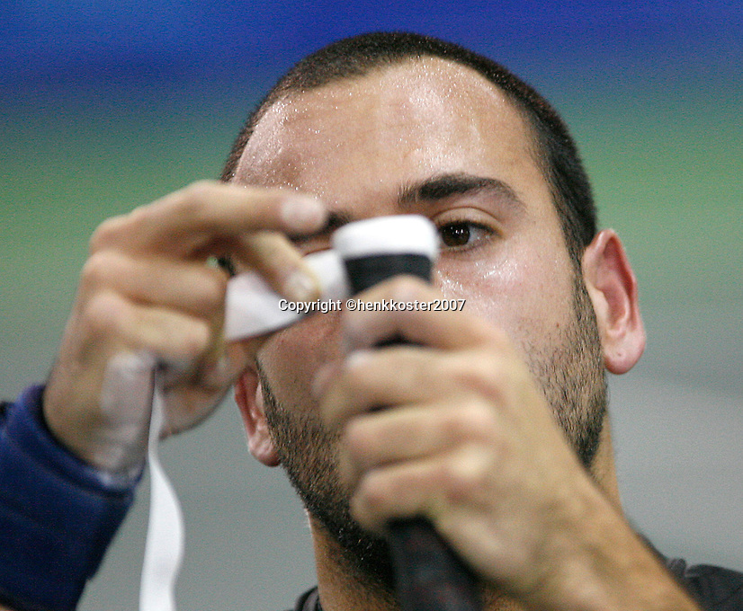 18-11-07, Netherlands, Amsterdam, Wheelchairtennis Masters 2007, Final, Jeremiasz applies e new tape on gis grip