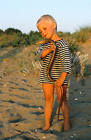 Kleiner Junge, Kind mit Scheltopusik, Panzerschleiche, völlig harmlos, keine Schlange, Pseudopus apodus, Ophisaurus apodus, European glass lizard, armored glass lizard, Schleichen, Schleiche, Anguidae