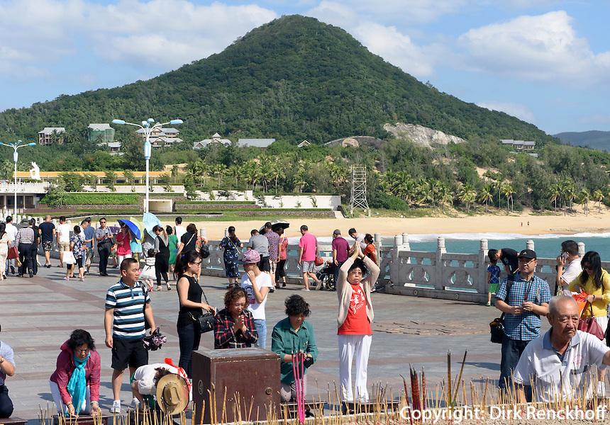 Gl&auml;ubige bei Guan Yin Statue des Nanshan-Tempel bei Sanya auf der Insel Hainan, China<br /> Praying at Guan Yin Statue of Nanshan-temple near Sanya, Hainan island, China