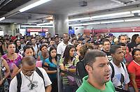 SAO PAULO, 18 DE FEVEREIRO DE 2013. - PROBLEMAS CHUVA METRO - Usuarios do Metro enfrentam dificuldades no embarque da estacao Anhangabau,  regiao central, devido a lentidao causada por problemas decorrentes da forte chuva que atingiu a capital no fim da tarde desta segunda feira, 18. (FOTO: ALEXANDRE MOREIRA / BRAZIL PHOTO PRESS).