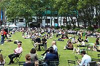 NEW YORK,NY, 01.06.2017 - CLIMA-NEW YORK - Populares aproveitam o clima quente da primavera no gramado do Bryant Park em Manhattan na cidadd de New York nesta quinta-feira,01. (Foto:Vanessa Carvalho/Brazil Photo Press)