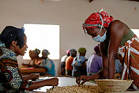 BURKINA FASO, Banfora , Association Wouol Bérégadougou factory for fair trade and organic cashew nut processing, women peel cashew nuts / Association Wouol Bérégadougou Fabrik zur Verarbeitung von Kaschunuessen , FLO fairtrade zertifizierte Bio Cashewnuesse