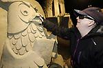 """Foto: VidiPhoto<br /> <br /> GARDEREN – Blinden en slechtzienden maken dinsdag """"een reis om de wereld"""" met hun handen bij het bekende Veluws Zandsculturenfestijn in Garderen. Dat er af een toe bij het voelen een stukje afbreekt van een kunstwerk is geen probleem, want maandag gaat de shovel er tegenaan. De honderden sculpturen worden dan bij elkaar geveegd tot 30 ton zand, waarna er dit voorjaar weer nieuw beelden van worden gemaakt. Thema volgend jaar is """"75 Jaar bevrijding"""". Op de laatste twee dagen van het festival mogen blinden en slechtzienden de kunstwerken gratis 'zien' met hun handen. Ieder jaar neemt de belangstelling daarvoor toe. Foto: VidiPhoto<br /> <br /> GARDEREN – Blinden en slechtzienden maken dinsdag """"een reis om de wereld"""" met hun handen bij het bekende Veluws Zandsculturenfestijn in Garderen. Dat er af een toe bij het voelen een stukje afbreekt van een kunstwerk is geen probleem, want maandag gaat de shovel er tegenaan. De honderden sculpturen worden dan bij elkaar geveegd tot 30 ton zand, waarna er dit voorjaar weer nieuw beelden van worden gemaakt. Thema volgend jaar is """"75 Jaar bevrijding"""". Op de laatste twee dagen van het festival mogen blinden en slechtzienden de kunstwerken gratis 'zien' met hun handen. Ieder jaar neemt de belangstelling daarvoor toe. Foto: De doofblinde Codie."""