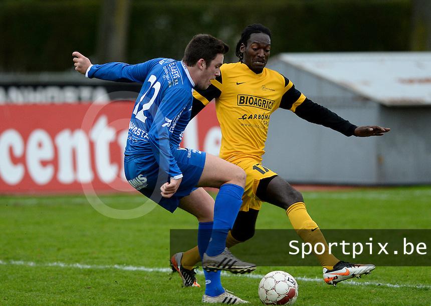 R Knokke FC - Pepingen : Gert Van Walle (links) aan de bal voor Johan Yangassa Ipakala (r) <br /> Foto VDB / Bart Vandenbroucke